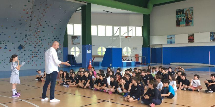 Beşiktaş Sompo Japan'ın yardımcı antrenörü Gökhan Güney, öğrencilerle bir araya geldi