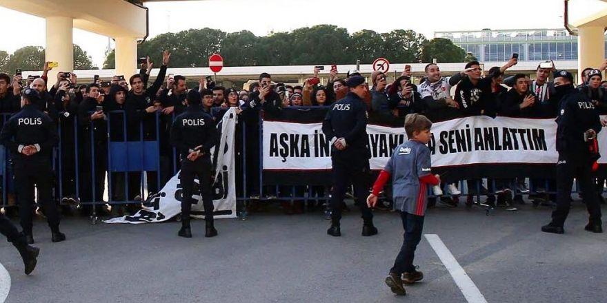 Beşiktaş, İzmir'de coşkuyla karşılandı