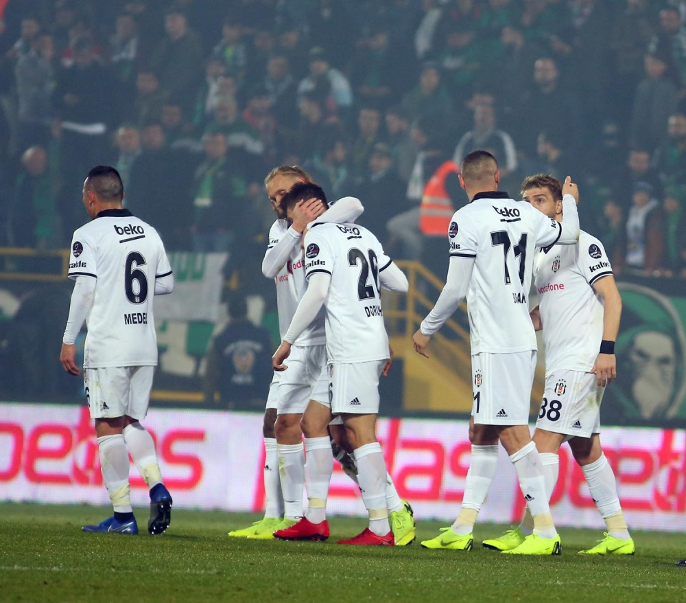 Akhisarspor - Beşiktaş maçının ilk yarısından kareler 1