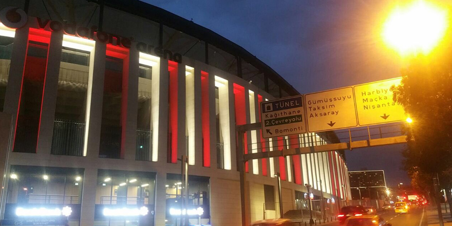 Vodafone Arena kırmızı beyaza büründü