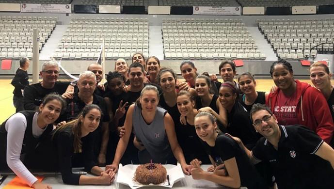 Beşiktaşlı basketbolcuya doğum günü sürprizi