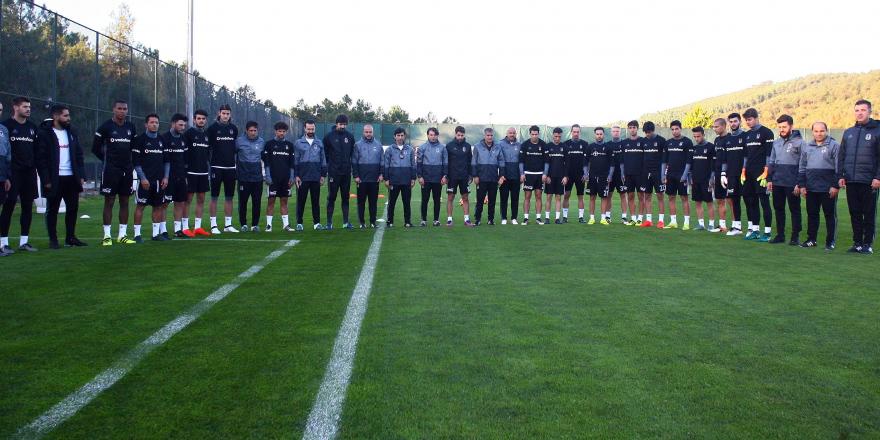 Beşiktaş'ta Atatürk'e saygı duruşu