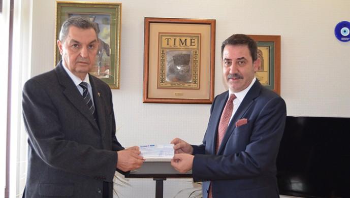 Deniz Atalay, Mehmetçik Vakfı Genel Müdürüne bağış çekini teslim etti