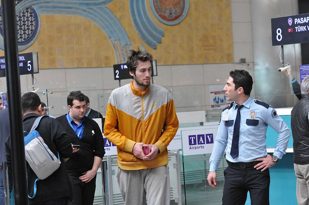 Bir dönem Beşiktaş forması giyen genç basketbolcu psikolojik sorunları nedeniyle havalimanında yaşıyor!