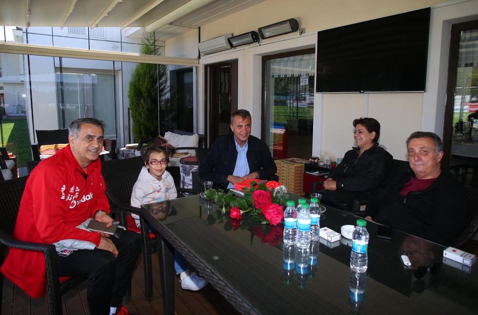 Şehit Uzman Çavuş Engin Üstün'ün kızı ve eşinden Beşiktaş Futbol Takımına ziyaret