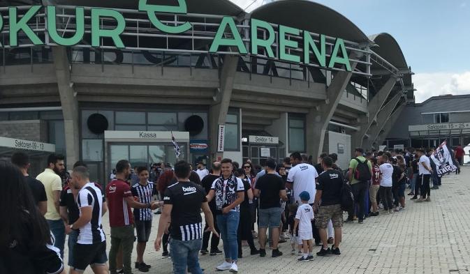 Beşiktaş - CSKA Moskova karşılaşması öncesi taraftarlar toplanmaya başladı
