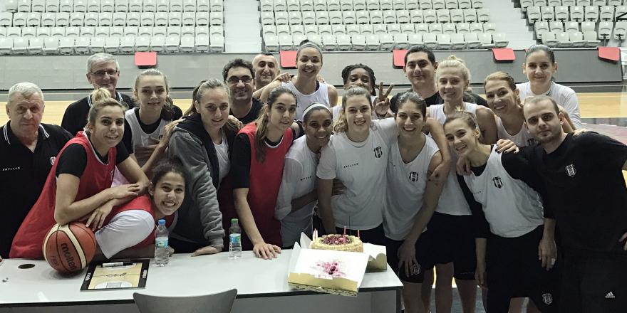 Basketbolcular doğum günü kutlaması yaptı