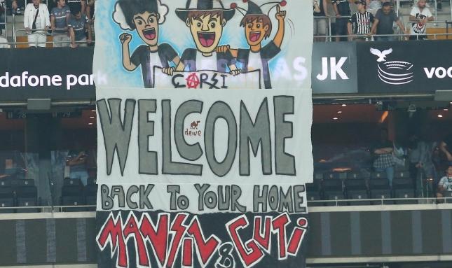 Beşiktaş taraftarından Guti ve İlhan Mansız'a pankart