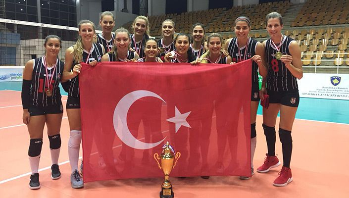 Beşiktaş Kadın Voleybol Takımı Balkan Kupası'nı törenle aldı