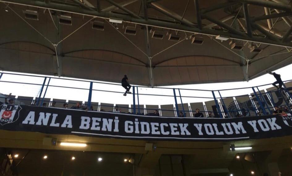 Beşiktaşlı taraftarlar pankartı astılar! İşte Kadıköy'deki pankart