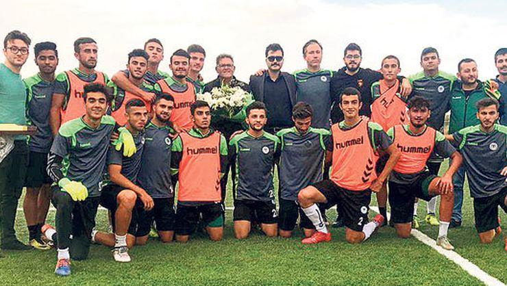 """Konyasporlu taraftarlar, """"Beşiktaş U21""""e saldıran oyuncularına çiçek verdi (!)"""