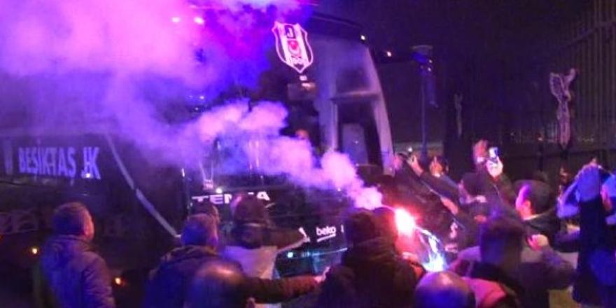 Beşiktaş'a Ümraniye'de meşaleli karşılama