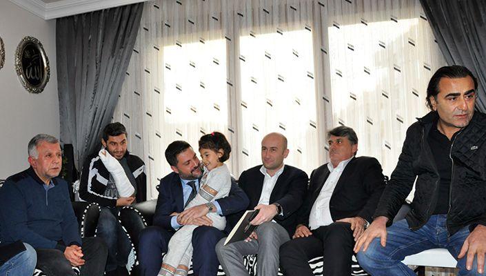 Beşiktaş yöneticilerden merhum taraftar Mehmet Tutulkan'ın ailesine ziyaret!