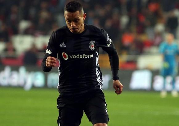 Beşiktaş'tan Adriano'ya son teklif!