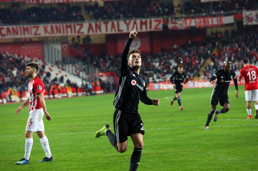 """Ali Ece: """"Balkan böreği üstüne suşi keyfi"""""""