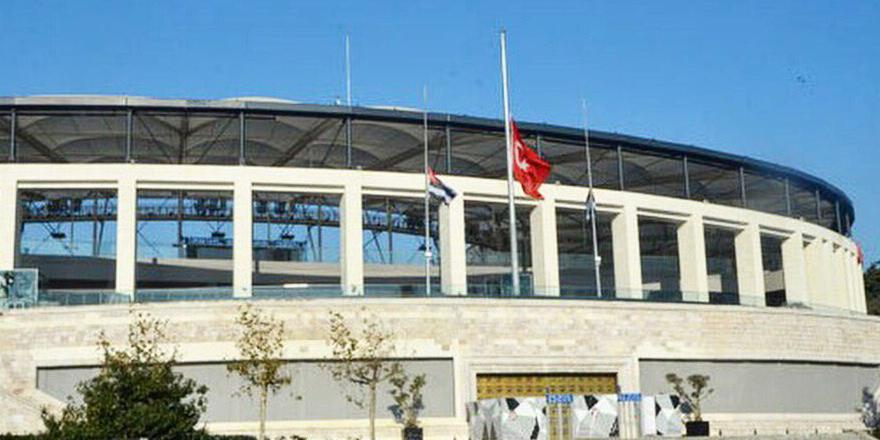 Vodafone Arena'da bayraklar yarıya indi