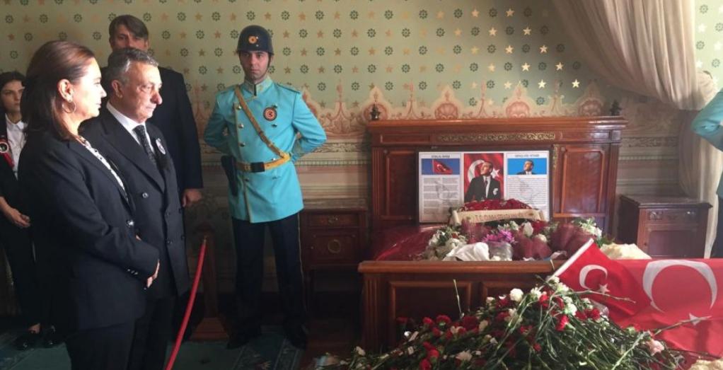Ahmet Nur Çebi'den Ulu Önderimiz Mustafa Kemal Atatürk için saygı duruşu