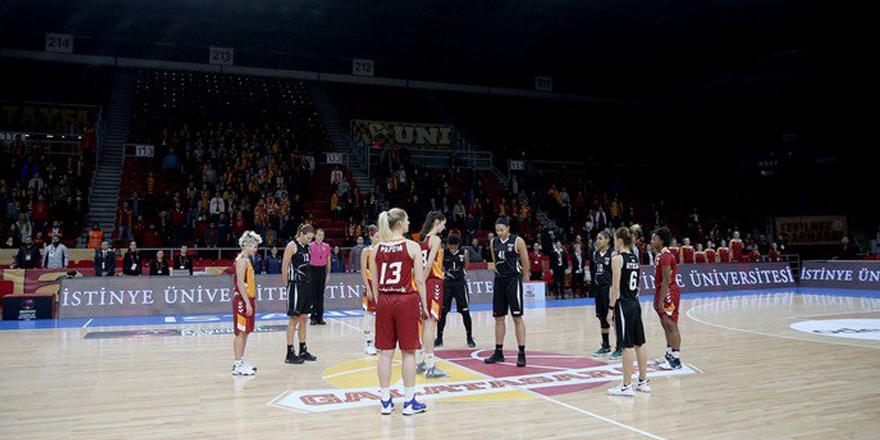Kadın basketbolculardan şehitler için saygı duruşu
