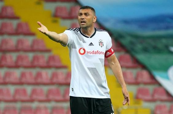 Burak Yılmaz Beşiktaş'ta ayrımcılığa isyan etti, ayrıldı