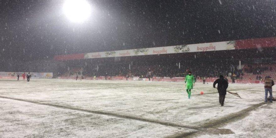 Yoğun kar yağışı maçı duraklattı!