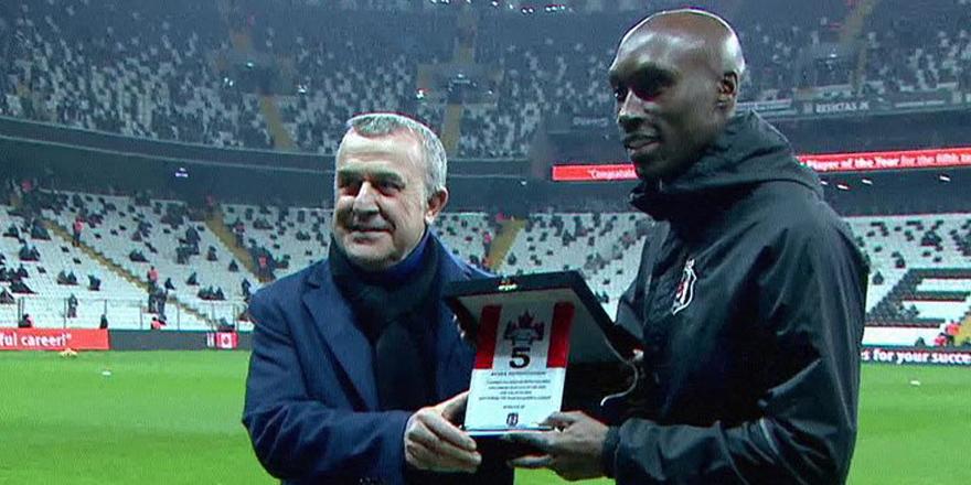 Beşiktaş'tan Atiba'ya plaket!