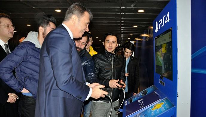 Fikret Orman gençlerle Playstation'da buluştu