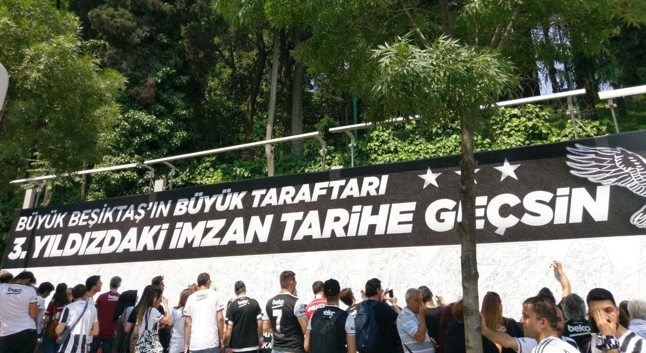 Dolmabahçe'de taraftara imza duvarı