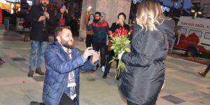 Beşiktaşlı'nın evlenme teklifi! Meşaleler yakıldı, siyah beyaz atkı takıldı...