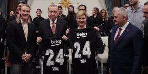"""Vida'dan Erdoğan'a Beşiktaş forması! """"Gerçekten büyük bir ayrıcalıktı"""""""